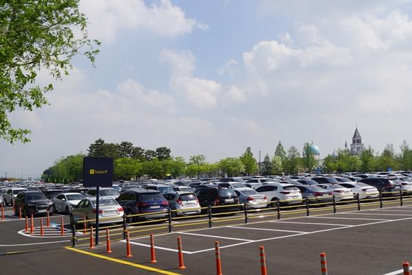 놀이공원에 오면 들뜨기 때문에 주차(P)를 제대로 하지 않고 내리기 쉽다. 차량 미끄럼 주의 안내표지 등을 빨리 설치해야 한다.