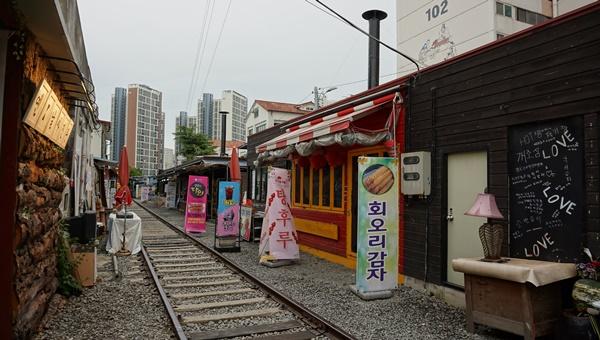 철길을 사이에 두고 1m거리에 추억의 가게들이 즐비한 경암동철길마을