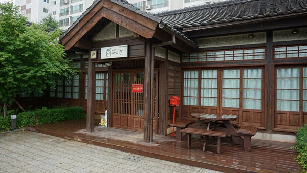 쌀 수탈을 통해 막대한 부를 축적한 일본인들이 집단으로 거주한 곳으로 현재 숙박체험관으로 쓰이는 여미랑