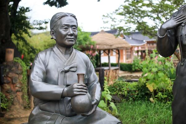 사의재에 마련된 주모의 동상