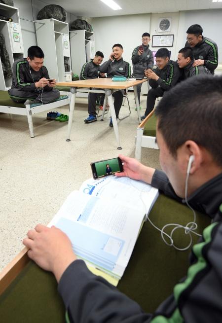 육군 병사들이 일과 후 모바일 공부방에서 스마트폰으로 인터넷 강의를 들으며 학습하고 있다.(출처=뉴스1)