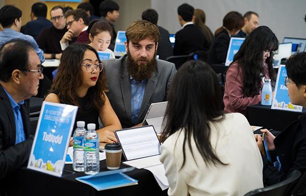 판교 스타트업 캠퍼스에서 '2019 K-Startup 그랜드챌린지'에 선정된 우수 스타트업과 국내 기업·투자자의 비즈니스 미팅이 개최되고 있다.(사진=중소벤처기업부)