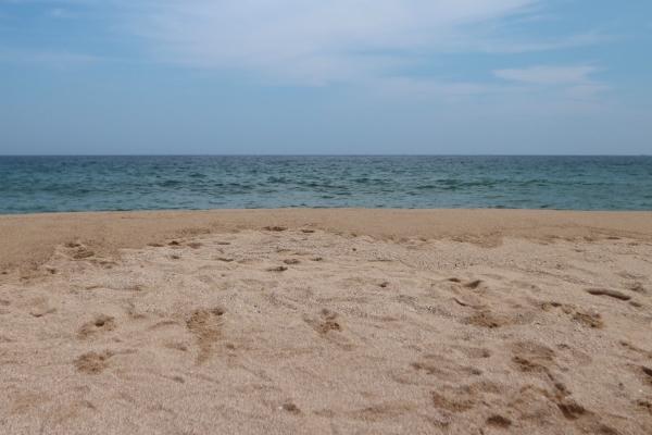 북적거리는 유명 해수욕장보단 조금은 한적한 해변으로 가 방역 지침도 준수하고 한가롭게 시간을 보내는