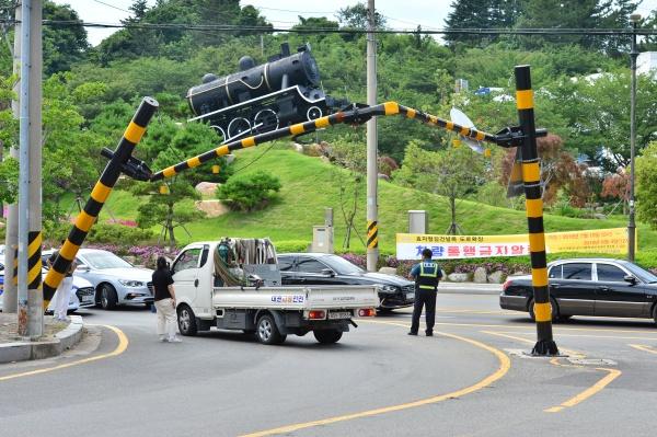 행제한 시설물이 대형 철스크랩 운송용 차량에 의해 파손돼 일대 교통이 혼잡을 겪고 있다.(출처=뉴스1)