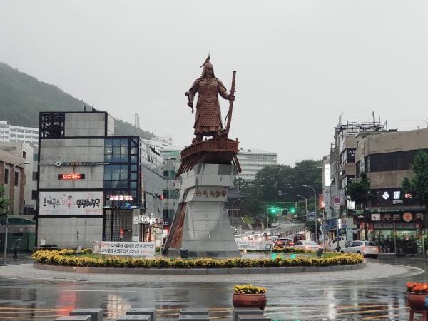 이순신 광장에 서 있는 이순신 동상