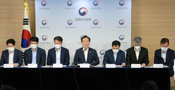 성윤모 산업통상자원부 장관이 8일 서울 용산구 국방부 대회의실에서 소재·부품·장비 2.0 전략'을 발표하고 있다. (사진=산업통상자원부)