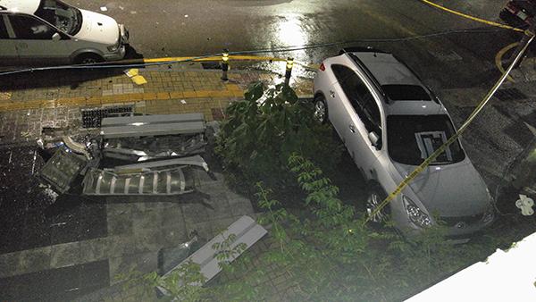 부산에서 빗길에 미끄러진 차량이 도로 가장자리 방음벽을 들이받아 파손된 사고현장. (사진=저작권자(c) 연합뉴스, 무단 전재-재배포 금지)