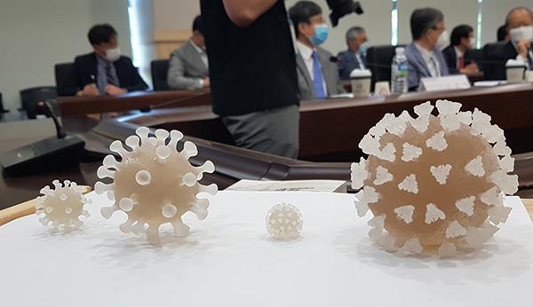 한국화학연구원이 3D 프린터를 이용해 만든 코로나19 바이러스(SARS-CoV-2) 모형이 화학연 회의실에 전시되어 있다. (사진=저작권자(c) 연합뉴스, 무단 전재-재배포 금지)