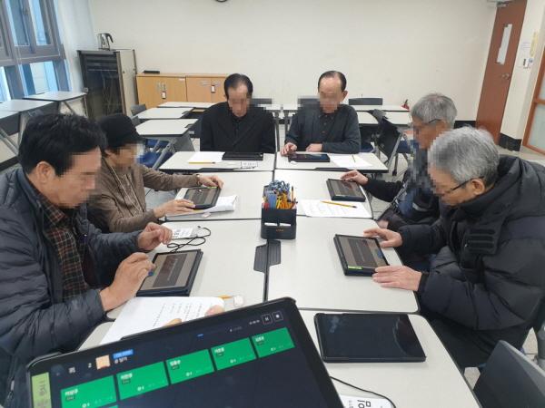 최첨단 치매 소프트웨어인 '컴커그'를 통한 프로그램에 참여한 어르신들의 모습이 진지하다.