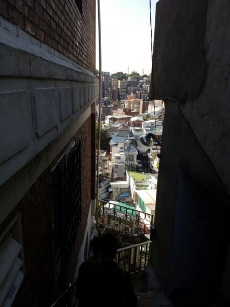 좁은 골목길 사이로 보이는 창신동 일대.