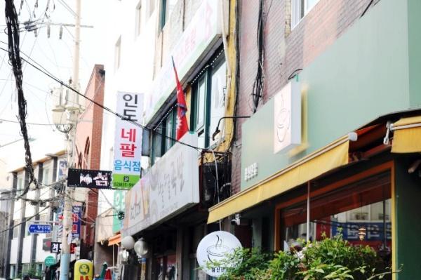 네팔요리전문점이 모여 있는 네팔음식점 거리의 모습.
