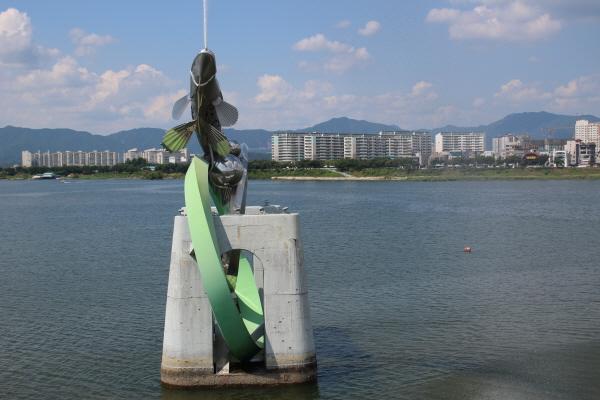 춘천 관광지 중 하나인 소양강 스카이워크 쏘가리 분수대.