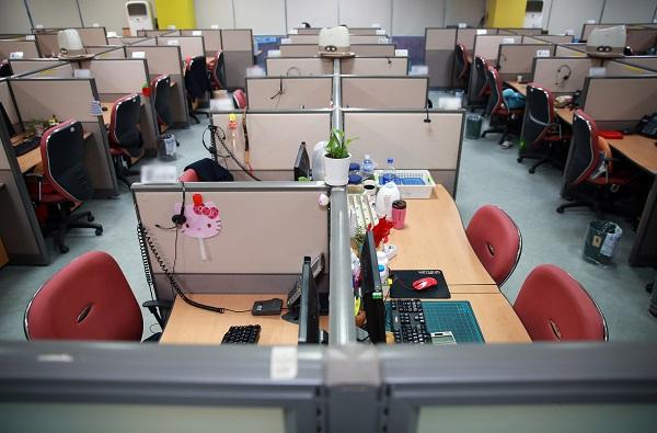 서울시내 한 금융회사 콜센터 사무실. 코로나19로 인해 직원들이 재택근무에 들어갔다.(저작권자(c) 연합뉴스, 무단 전재-재배포 금지)