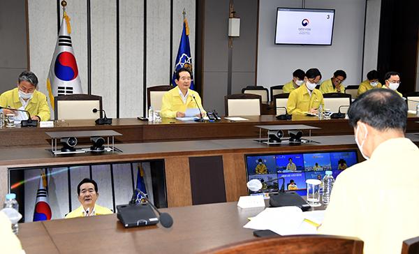 정세균 국무총리가 15일 정부세종청사에서 열린 코로나19 중대본 회의에서 발언하고 있다.