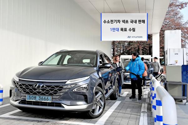 서울 여의도 국회충전소에서 현대차 관계자들이 '넥쏘'에 수소를 주입하고 있다.(사진=저작권자(c) 뉴스1, 현대차 제공, 무단 전재-재배포 금지)