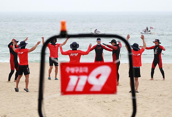 부산 해운대해수욕장에서 119 수상구조대 대원들이 훈련을 하고 있다. (사진=저작권자(c) 연합뉴스, 무단 전재-재배포 금지)