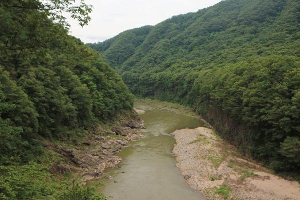 한탄강에 흐른 용암의 형성과정을 잘 보여주는 멍우리 협곡의 특징은 협곡의 양안이 각각 다른 특징을 가지고 있다는 것이다.