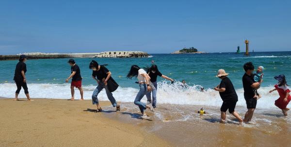 해수욕장을 찾은 사람들 대부분이 마스크를 착용하고 바다를 즐긴다.