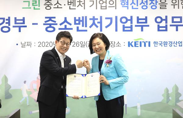 지난달 26일 한국환경산업기술원에서 그린 벤처 육성을 위한 중기부-환경부 업무협약식에서 두 부처 장관이 기념촬영을 하고 있다.(사진=중소벤처기업부)