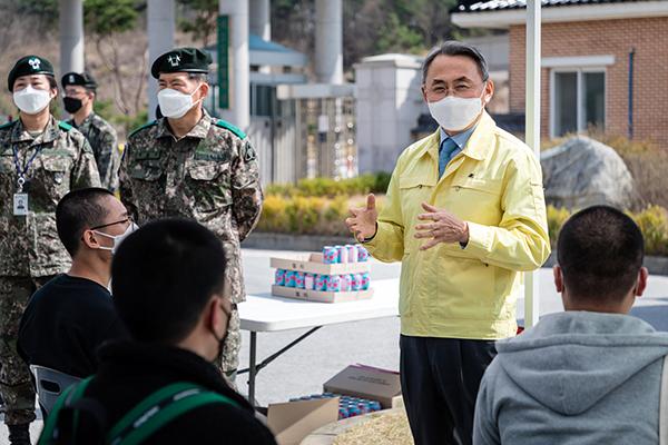 모종화 병무청장이 지난 4월 6일 현역병 대상자들이 입영한 전북 임실 35사단을 방문해 입영 장정들을 격려하고 있다. (사진=병무청)