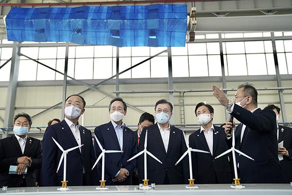 문재인 대통령이 지난 17일 전북 부안군 재료연구소 풍력핵심기술연구센터 풍력시험동에서 해상풍력 핵심기술을 참관하고 있다. (사진=청와대)