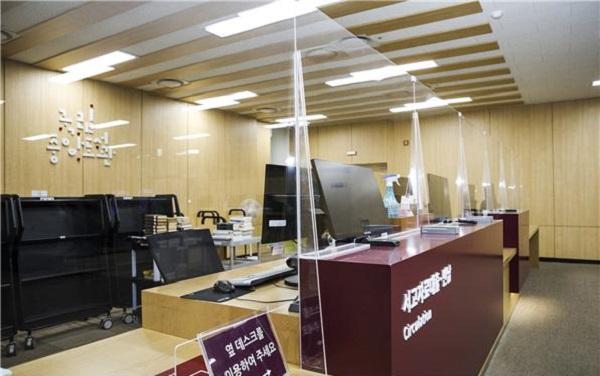 국립중앙도서관은 자료대출·반납대에 아크릴 보호막이 설치해 재개관 준비를 마쳤다.(사진=국립중앙도서관)