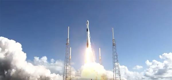 우리 군의 첫 전용 통신위성 '아나시스(Anasis) 2호'를 실은 팰컨9 로켓이 21일 오전 미국 케이프커내버럴 공군기지에서 발사되고 있다. (사진=스페이스X 유튜브 캡처)