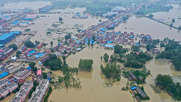 - 중국 안후이성 루안시 위안구 구전현의 주거 지역이 20일 홍수로 물에 잠겨 있다. 안후이성에서는 지난 2일부터 폭우가 지속돼 364만명의 이재민이 발생했다. (사진=저작권자(c) 연합뉴스, 무단 전재-재배포 금지)