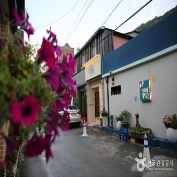 꽃으로 장식된 마을호텔 18번가 골목