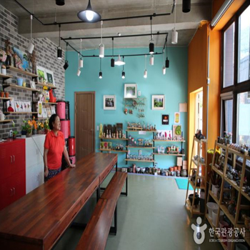 마을회관 겸 기념품판매장