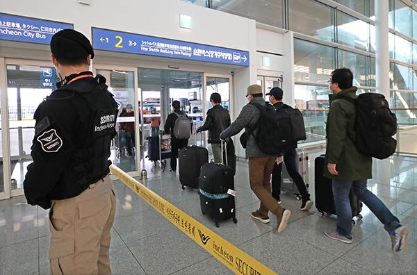 지난 4월 2일 이탈리아 교민과 주재원 등이 전세기를 타고 인천국제공항 2터미널을 통해 귀국하고 있다. (사진=저작권자(c) 연합뉴스, 무단 전재-재배포 금지)