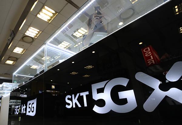 5G 이동통신이 코로나19 사태에도 불구하고 서비스 1년여 만에 가입자 600만명(6월 8일 기준)을 넘어서는 등 꾸준히 증가하고 있다. (사진=저작권자(c) 연합뉴스, 무단 전재-재배포 금지)