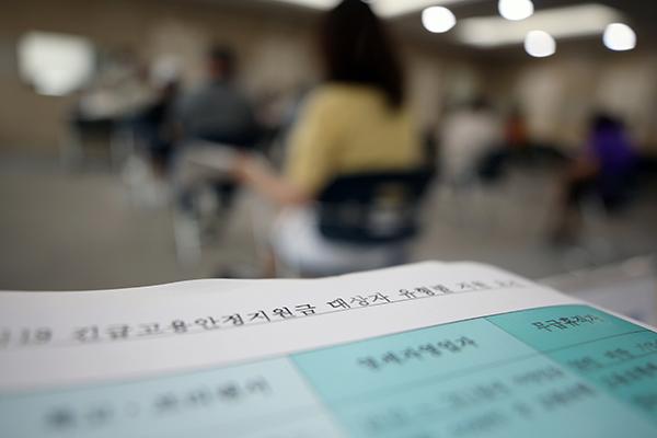 지난 8일 오전 광주 북구 고용복지플러스센터에서 긴급 고용안정지원금을 신청하려는 시민들이 순서를 기다리고 있다. (사진=저작권자(c) 연합뉴스, 무단 전재-재배포 금지)