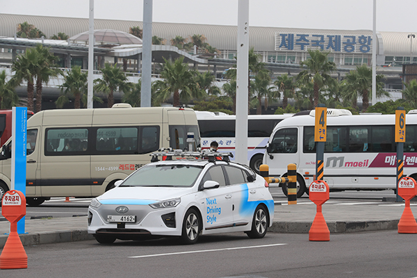 국토교통부와 제주도는 22일 제주국제공항 인근에서 차세대 지능형 교통시스템(C-ITS)을 활용한 자율주행 시연 행사를 열었다.(사진=저작권자(c) 연합뉴스, 무단 전재-재배포 금지)