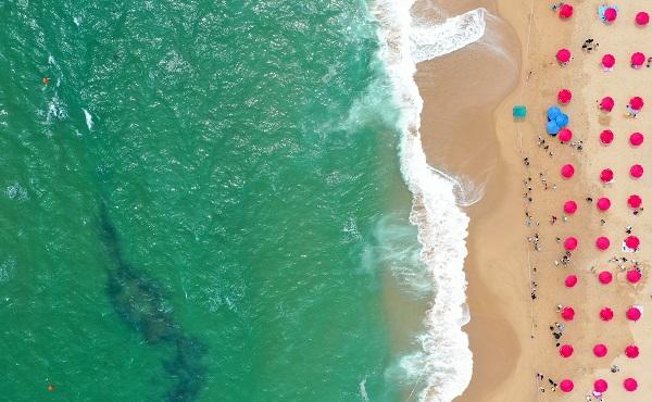 속초해수욕장에 파라솔이 2m 이상 거리를 둔 채 설치돼 있다.(사진=저작권자(c) 연합뉴스, 무단 전재-재배포 금지)