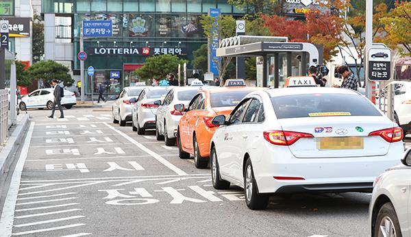 서울역 앞에서 줄지어 대기 중인 택시들.(사진=저작권자(c) 연합뉴스, 무단 전재-재배포 금지)