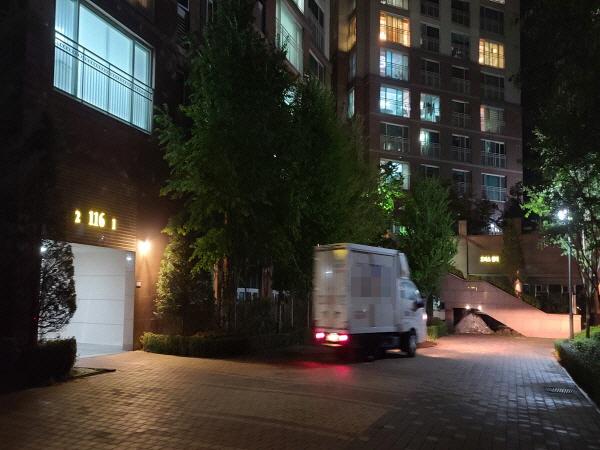 밤 11시가 넘은 시간에도 퇴근하지 못한 택배 차량이 분주히 움직이고 있다.