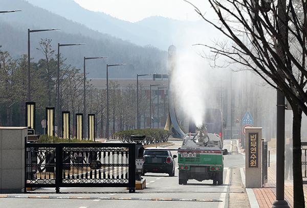 지난 3월 23일 유럽발 입국자 임시생활시설로 지정된 충북 진천군 법무연수원에서 방역차량이 소독약을 분사하고 있다. (사진=저작권자(c) 연합뉴스, 무단 전재-재배포 금지)