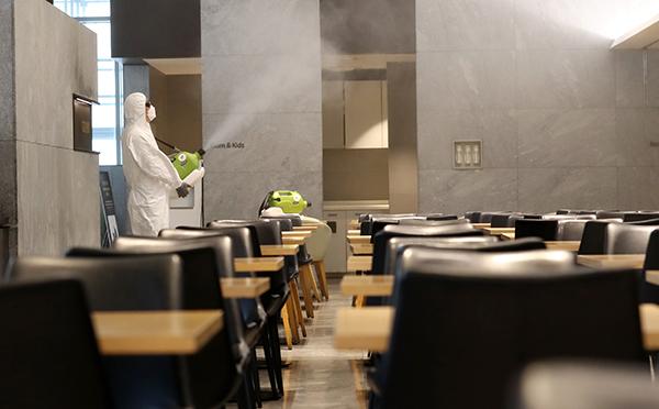 지난 6월 25일 오후 대전시 서구 둔산동 갤러리아백화점 타임월드 식당가에서 방역업체 관계자들이 방역·소독하고 있다. (사진=저작권자(c) 연합뉴스, 무단 전재-재배포 금지)
