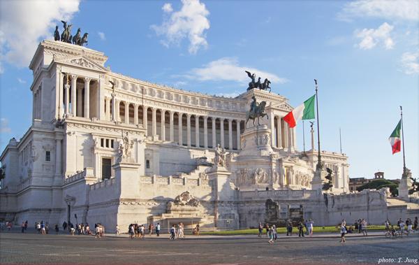 이탈리아 국기가 휘날리는 빗토리오 에마누엘레 2세 기념관.