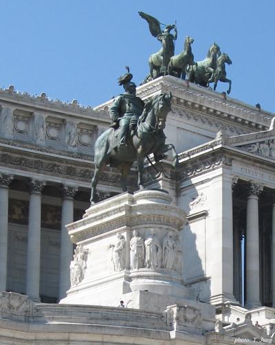 이탈리아 통일의 구심점이 되었던 빗토리오 에마누엘레 2세의 기마상.