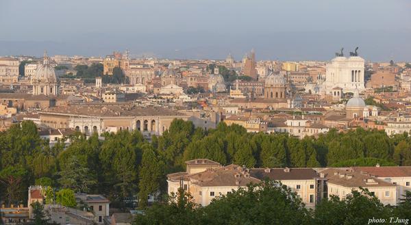 자니콜로 언덕에서 내려다 본 로마시가지. 오른쪽 흰 건물이 빗토리오 에마누엘레 2세 기념관이다.