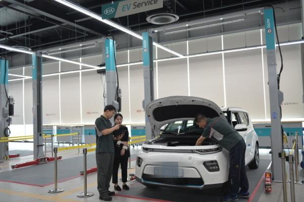 기아자동차는 국내 최초로 전기차만 수리할 수 있는 정비소를 개설하기도 했습니다.(출처=현대기아자동차)