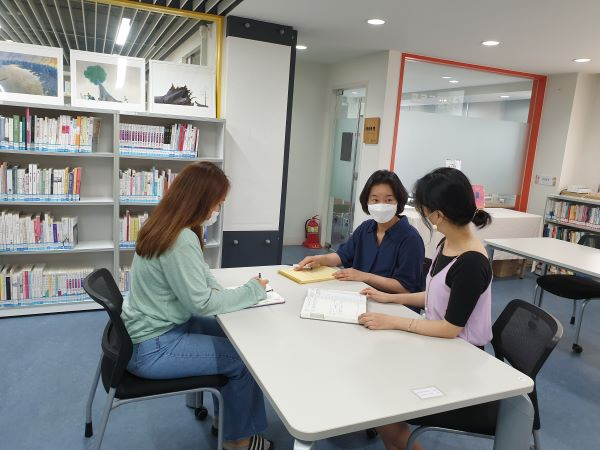 이시원 작가가 도서관 사서들과 프로그램에 대해 회의하고 있다.