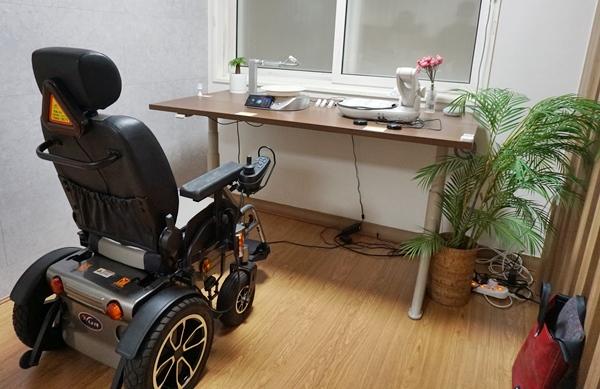 스마트 주방 옆, 높낮이가 조절되는 스마트 책상과 식사 로봇.