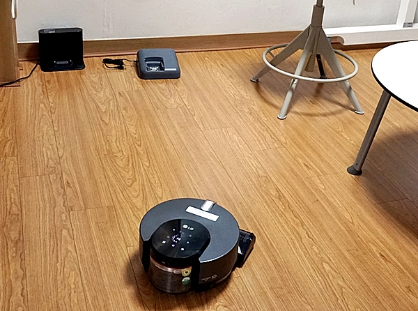 대상자가 오자 재빨리 원 위치로 돌아가는 로봇 청소기.