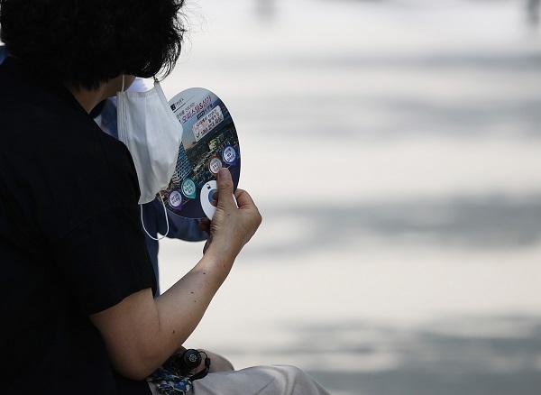 서울 낮 기온이 최고 31도를 보이는 등 무더운 날씨가 이어진 8일 서울 경의선 책거리에서 한 시민이 부채질하고 있다.(사진=저작권자(c) 연합뉴스, 무단 전재-재배포 금지)