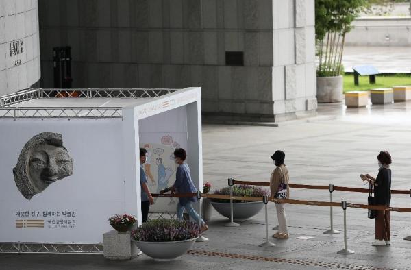 지난 23일, 국립중앙박물관을 찾은 관람객들이 일정한 간격을 두고 입장하는 모습(출처=국민소통실).