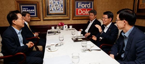 은성수 금융위원장이 29일 여의도에 있는 음식점에서 정책금융기관장들과 조찬 간담회를 하고 있다. (사진=금융위원회)