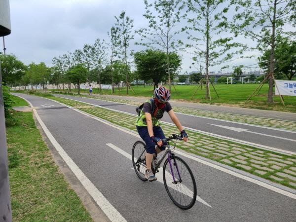 등산과 자전거 등 실외체육시설도 마스크를 써야 한다.